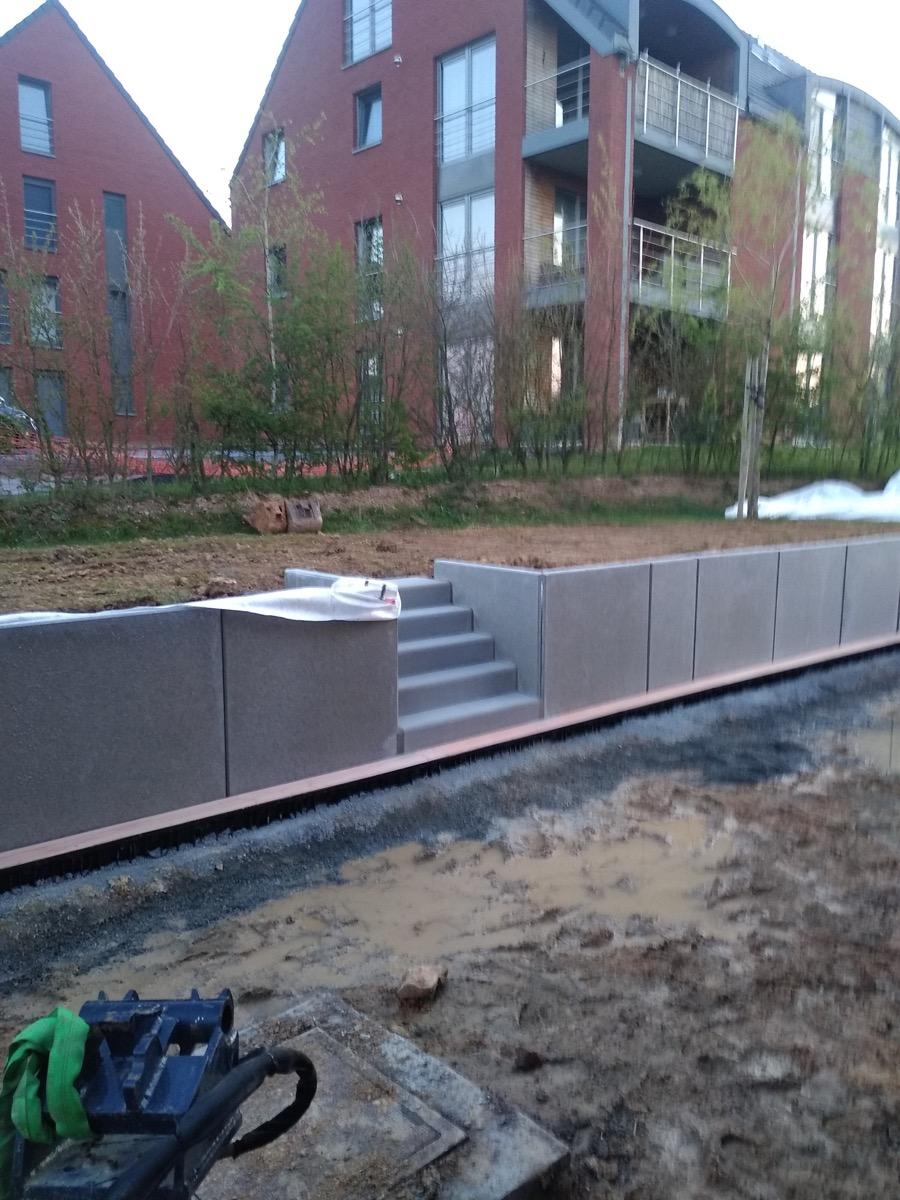Mur de soutènement et escaliers en béton avec terrasse en béton lissé