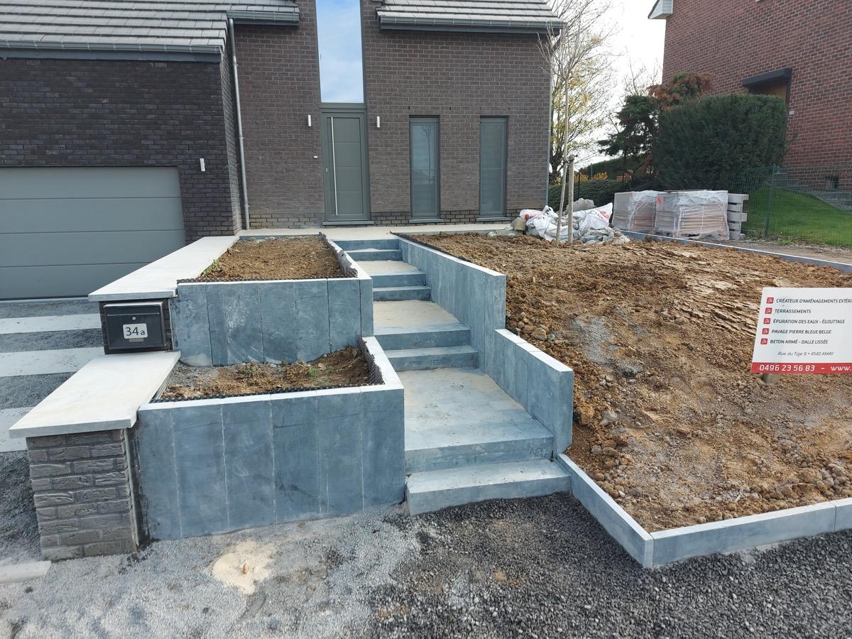 Escalier et abords de maison en pierre bleue belge